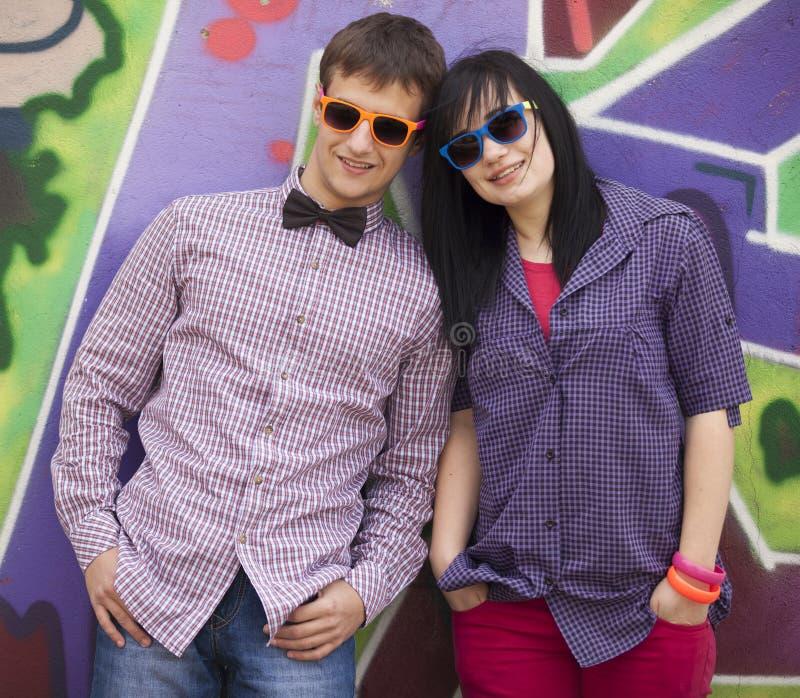 样式青少年的夫妇临近街道画背景。 免版税库存图片