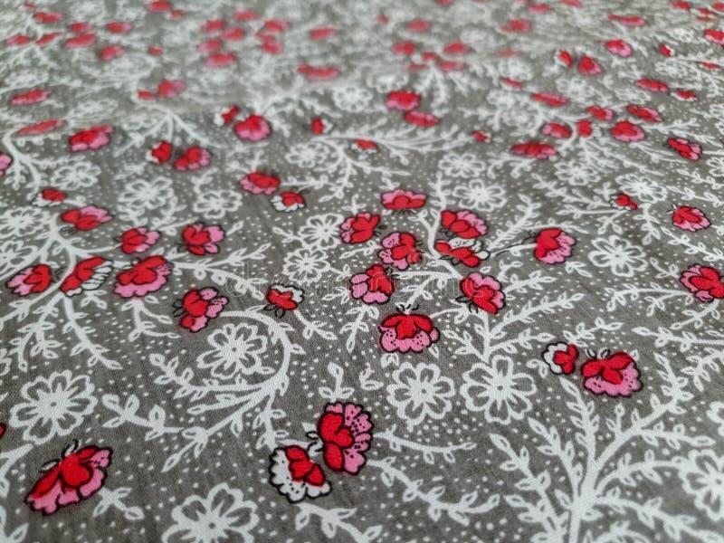 样式,纹理,背景,墙纸 与小红色花的葡萄酒花卉织品在灰色背景,结合与软 免版税库存照片