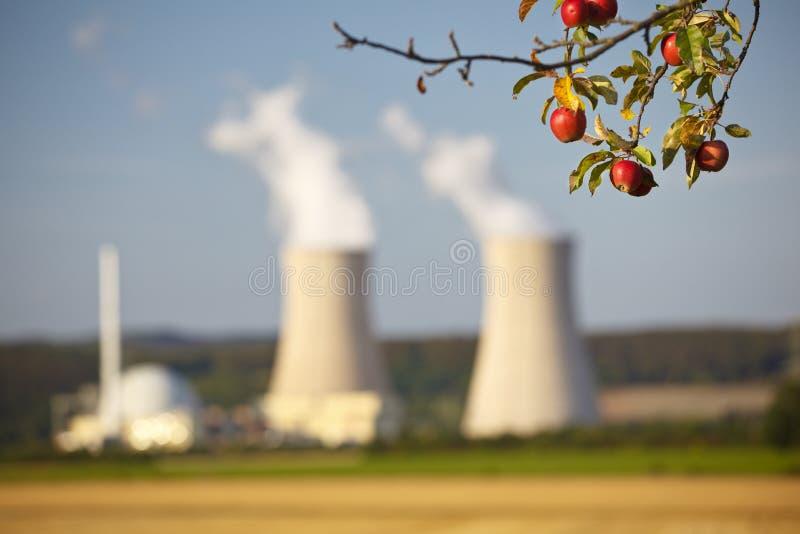 核动力火车和苹果树 免版税库存图片