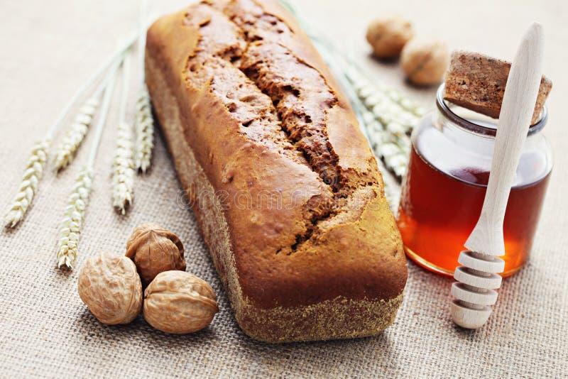 核桃和蜂蜜面包 免版税库存图片