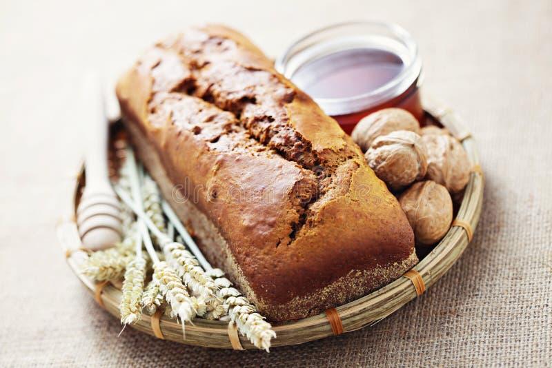 核桃和蜂蜜面包 免版税库存照片
