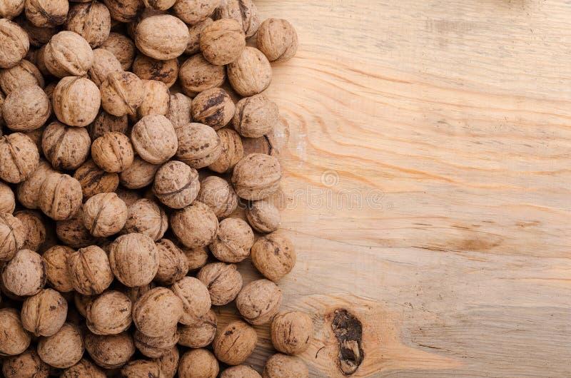 核桃 在木桌上的整个核桃 食物健康自然 库存照片
