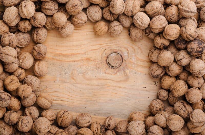 核桃 在木桌上的整个核桃 食物健康自然 免版税库存图片