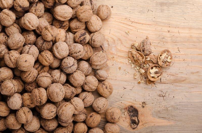 核桃 在木桌上的整个核桃 食物健康自然 免版税库存照片