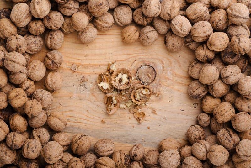 核桃 在木桌上的整个核桃 食物健康自然 免版税图库摄影
