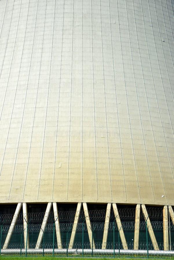 核电站的冷却塔的特写镜头 免版税库存图片