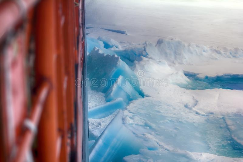 核能发动的破冰船solivet强有力的第一年冰 免版税库存照片