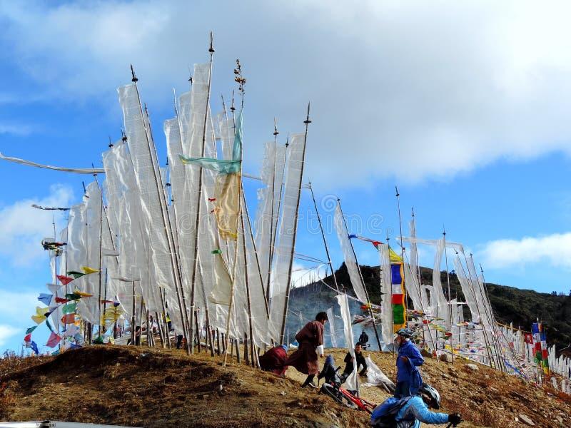 根据不丹风俗的白旗在Dantak路 免版税库存照片