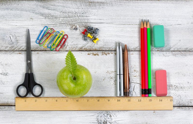 根据统治者的学校用品在白色桌面上 免版税库存照片