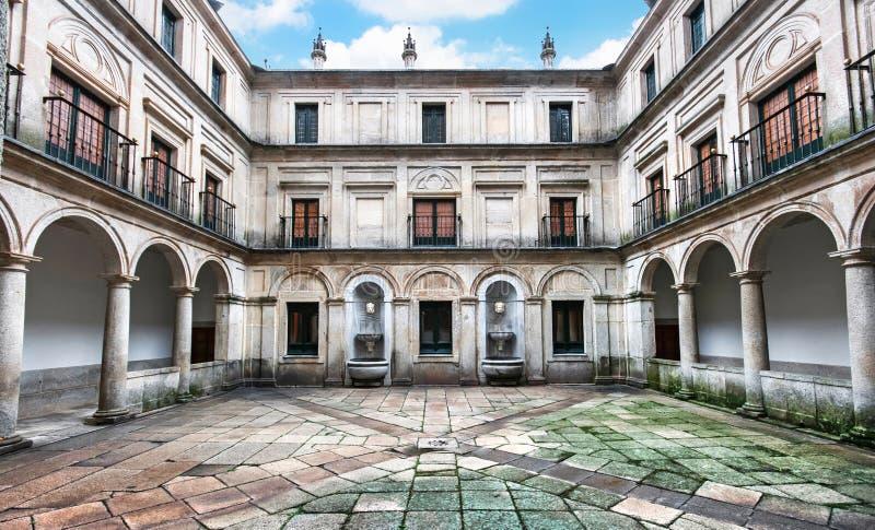 根源(Patio de los Mascarones)的庭院在圣洛伦佐de在马德里,西班牙附近的El埃斯科里亚尔皇家修道院  免版税图库摄影