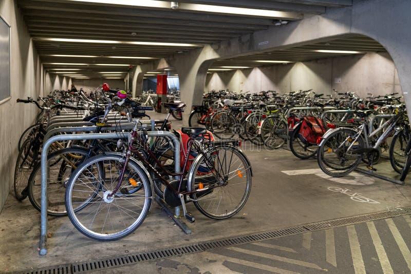 根特/比利时 — 2019年10月10日:在比利时根特市中心的桥下停车 库存照片