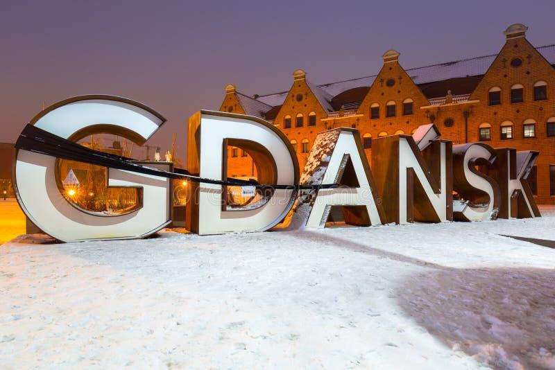 格但斯克市室外标志在多雪的冬天,波兰 免版税库存照片