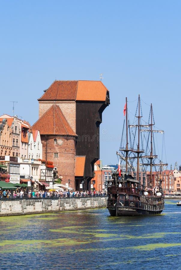 格但斯克波兰 中世纪起重机和海盗船 库存照片