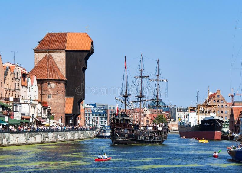 格但斯克波兰 中世纪起重机和海盗船 免版税库存图片