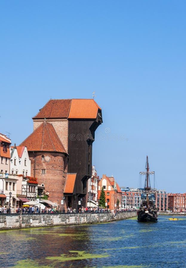 格但斯克波兰 中世纪起重机和海盗船 库存图片