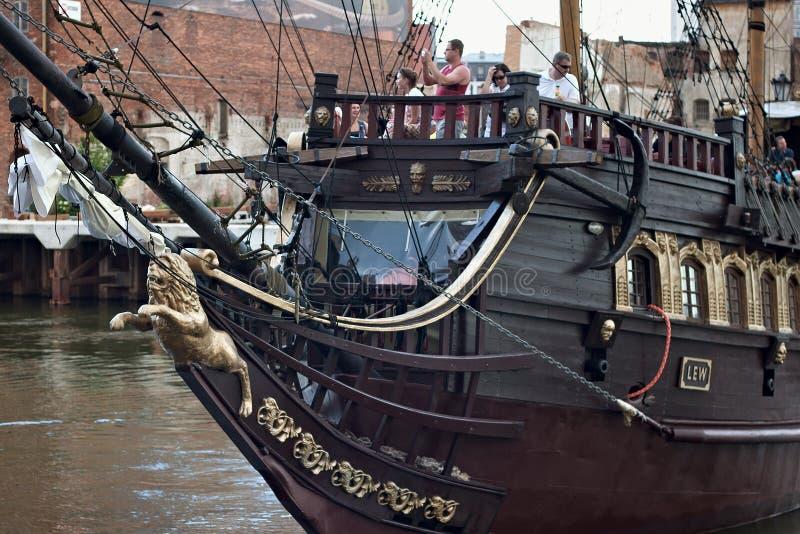 格但斯克,波兰- 2014年6月07日:木旅游船传统化了作为有未知的人的一条海盗小船委员会的 免版税库存照片