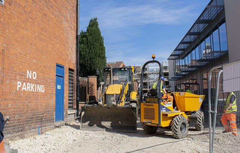 格兰瑟姆,团结的王国2019年5月23日 工作者和本地建筑机械在新的格兰瑟姆戏院将打开 免版税库存照片