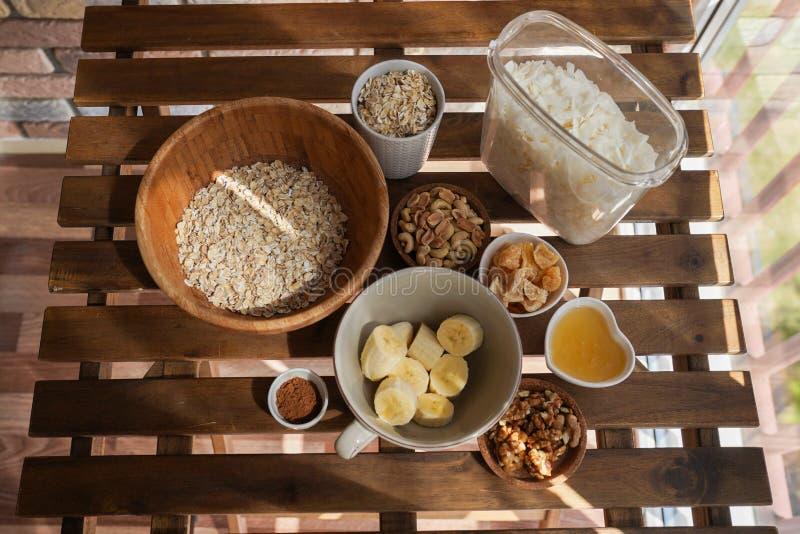 格兰诺拉麦片、烹饪过程、健康早餐想法,素食主义者,节食和戒毒所概念的准备 免版税库存照片