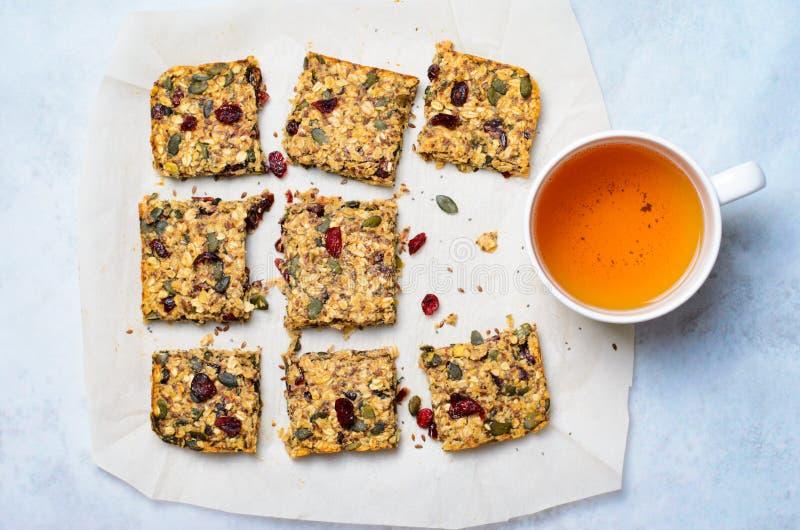 格兰诺拉麦片棒、Superfood自创快餐、健康酒吧用蔓越桔,南瓜籽、燕麦、Chia和亚麻籽 库存照片