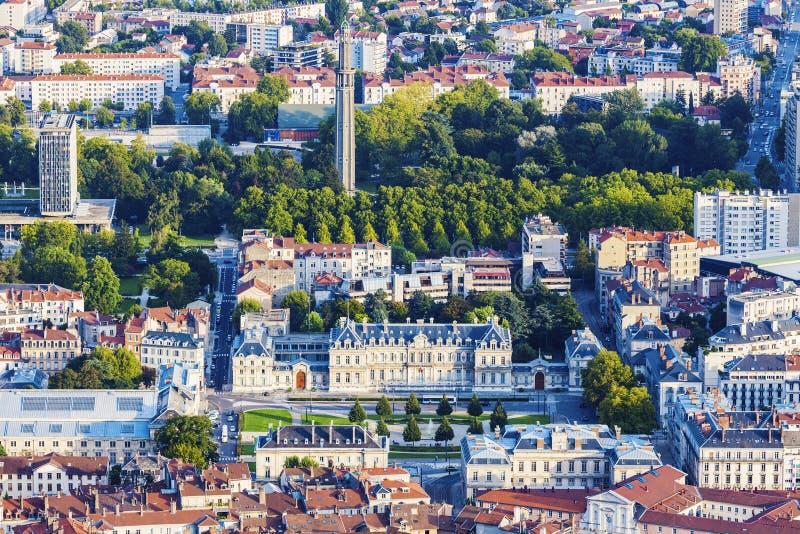 格勒诺布尔建筑学-城市的鸟瞰图日落的 免版税库存图片