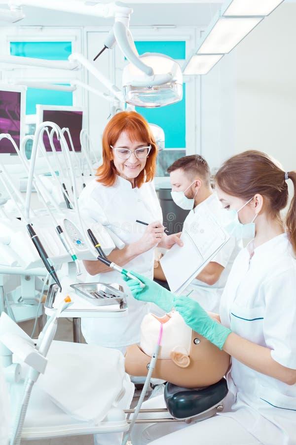 格外在最后的牙科检查期间的好成绩 免版税库存照片