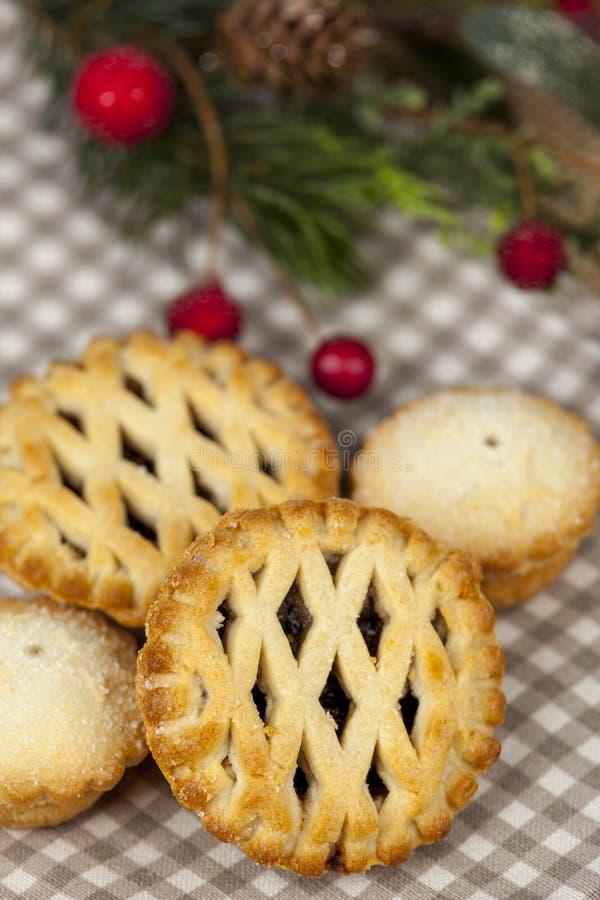 格子上面在圣诞节国家桌上的肉馅饼 免版税库存图片