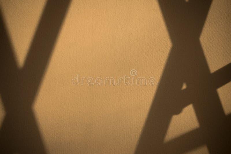 格子的阴影在墙壁上的 您的题字的独特的减速火箭的背景设计 r 免版税库存图片