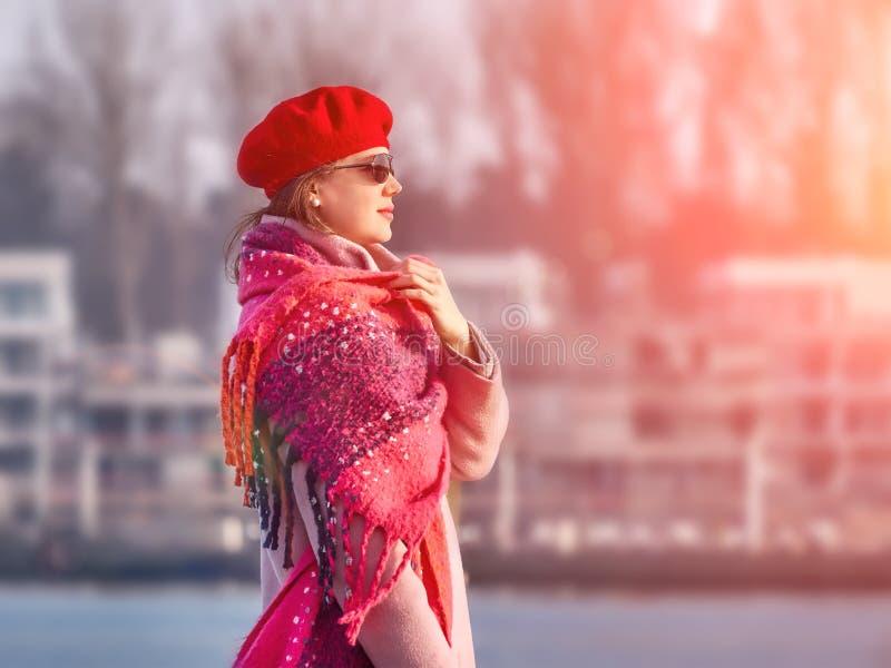 格子花呢披肩的走美丽的白种人的妇女,生活方式画象本质上 免版税库存照片