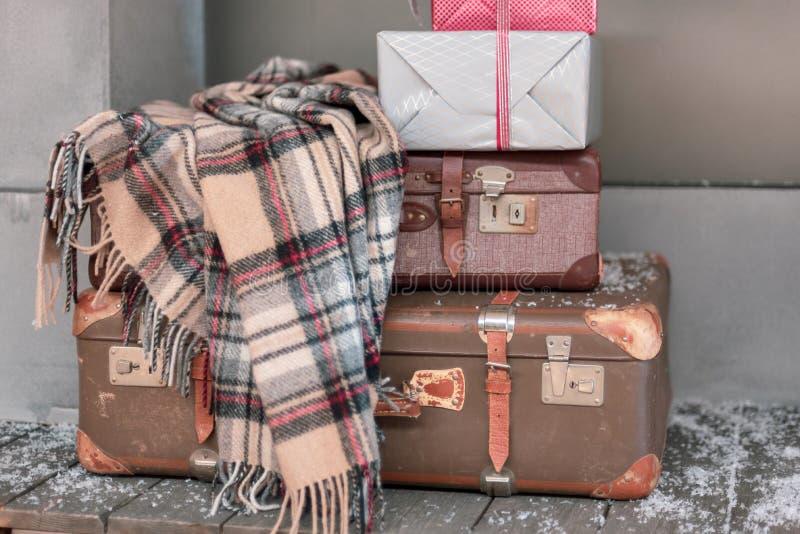 格子花呢披肩羊毛有圣诞节包裹的毯子和葡萄酒手提箱 免版税库存照片