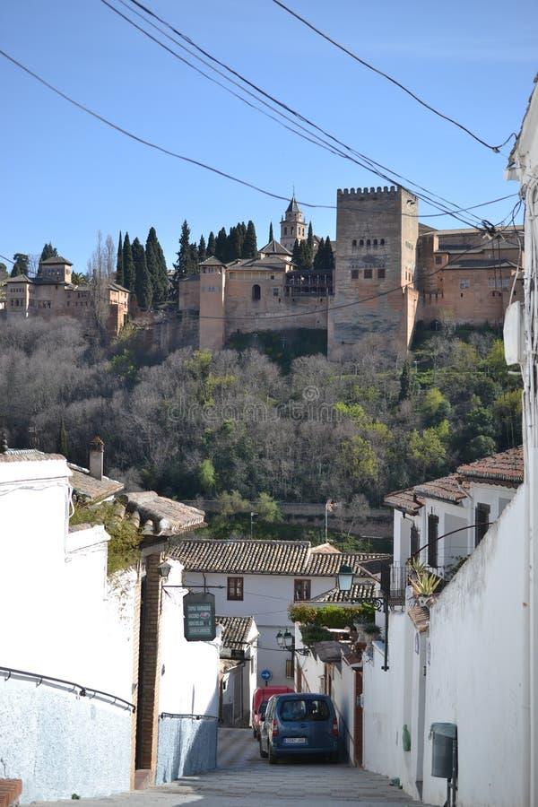 格拉纳达城市视图和阿尔罕布拉,安大路西亚,西班牙,白色村庄,镇用增白剂擦和西班牙建筑学 库存照片