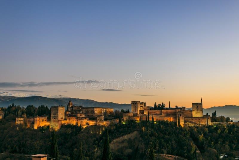 格拉纳达市,安达卢西亚,西班牙 阿尔罕布拉宫殿和堡垒的接近的图象有内华达山的背景的在日落 库存图片
