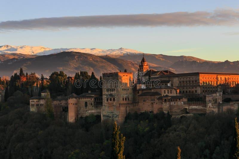 格拉纳达市,安达卢西亚,西班牙 阿尔罕布拉宫殿和堡垒的接近的图象有内华达山的背景的在日落 图库摄影