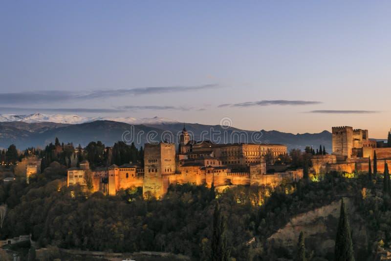 格拉纳达市,安达卢西亚,西班牙 阿尔罕布拉宫殿和堡垒的接近的图象有内华达山的背景的在日落 库存照片