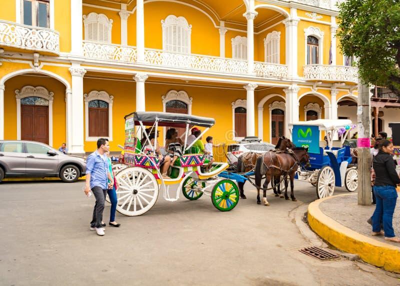 格拉纳达游客乘坐马车 免版税库存照片