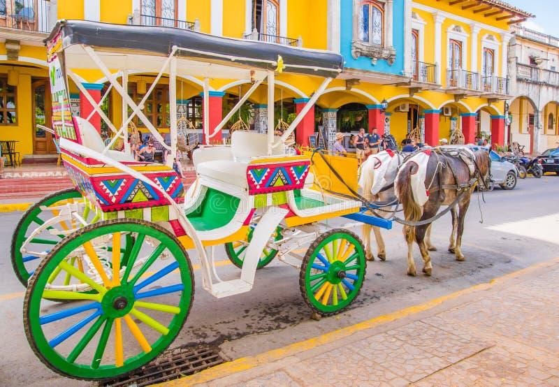 格拉纳达,尼加拉瓜, 2018年5月, 14日:五颜六色的装饰的用马拉的支架室外看法聘用的由游人 免版税图库摄影