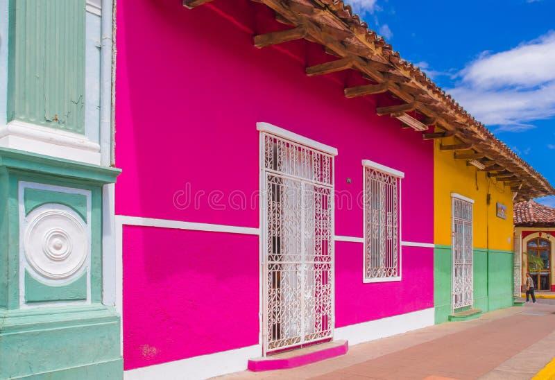 格拉纳达,尼加拉瓜, 2018年5月, 14日:门面大厦室外看法与桃红色墙壁、木门和屋顶的在华美 库存图片