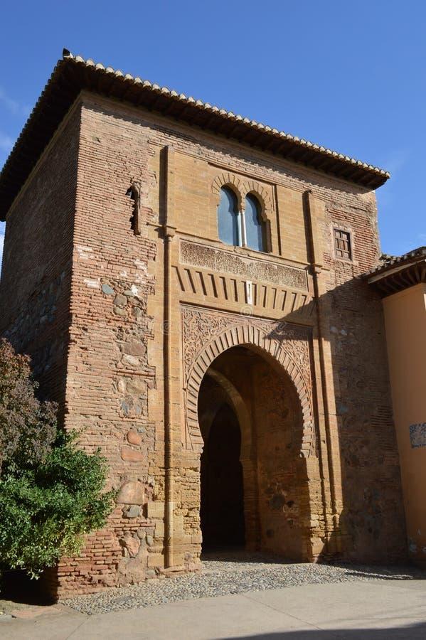 格拉纳达-酒门-美丽的摩尔人建筑被成拱形的门户,普埃尔塔del Vino在阿尔罕布拉宫,格拉纳达,西班牙 库存图片