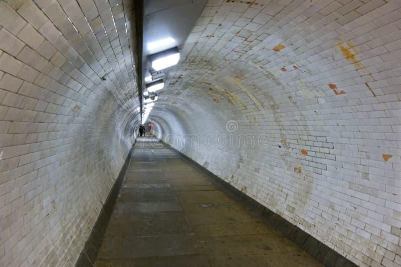 格林威治在泰晤士河,走开在距离的人们下的脚隧道广角照片  免版税图库摄影
