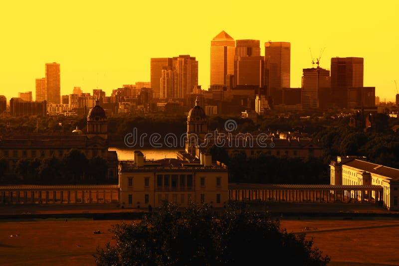 格林威治公园、金丝雀码头、鹪鹩的建筑学和伦敦地平线从格林威治观测所日落的 库存照片