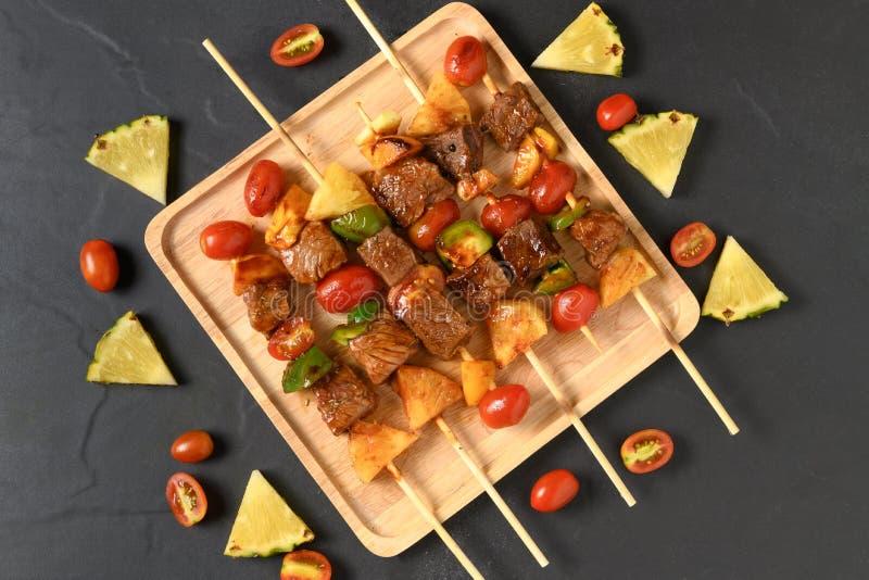 格栅与菜的牛肉烤肉 免版税库存照片