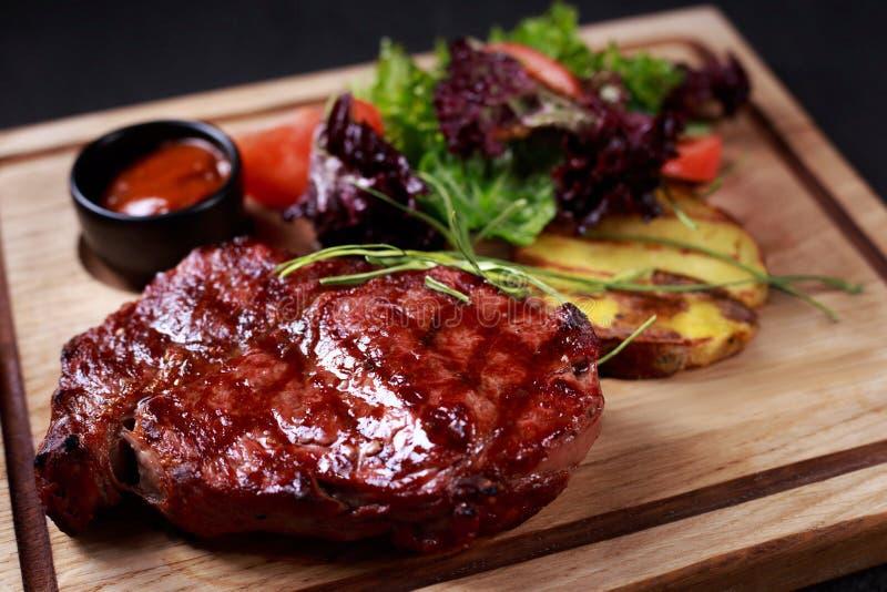 格栅和烤肉,ribeye牛排,肉餐馆 免版税图库摄影