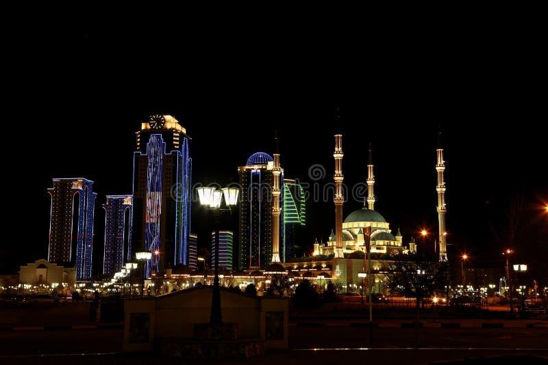 格罗兹尼市高层建筑物和车臣的清真寺心脏 免版税库存图片
