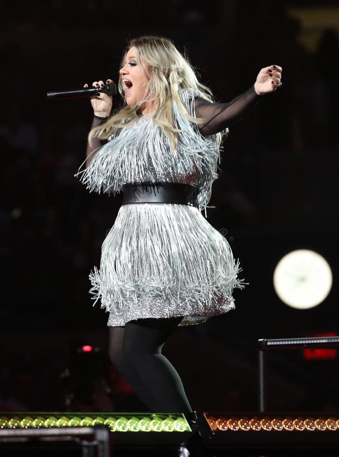格莱美得奖的超级明星凯莉・克莱森唱歌在2018年美国公开赛首场演出行动期间在国家网球中心在纽约 库存图片