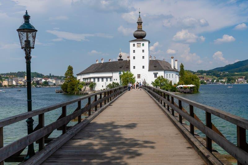 格蒙登,奥地利,- 2018年8月03日:格蒙登施洛斯Ort或施洛斯Orth在Traunsee湖在格蒙登市 库存照片