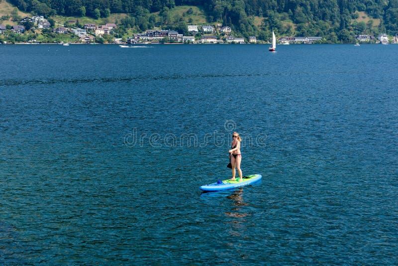 格蒙登,奥地利,- 2018年8月03日:鸟瞰图 明轮轮叶的年轻女人在湖 一口 图库摄影