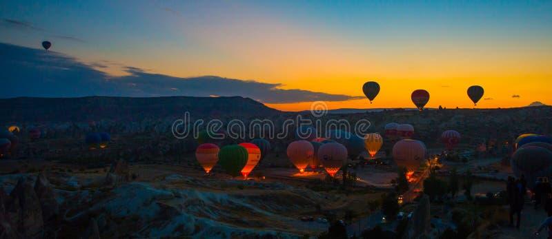 格雷梅,安纳托利亚,土耳其 风景和五颜六色的气球在有天空蔚蓝和云彩的乡下 库存图片