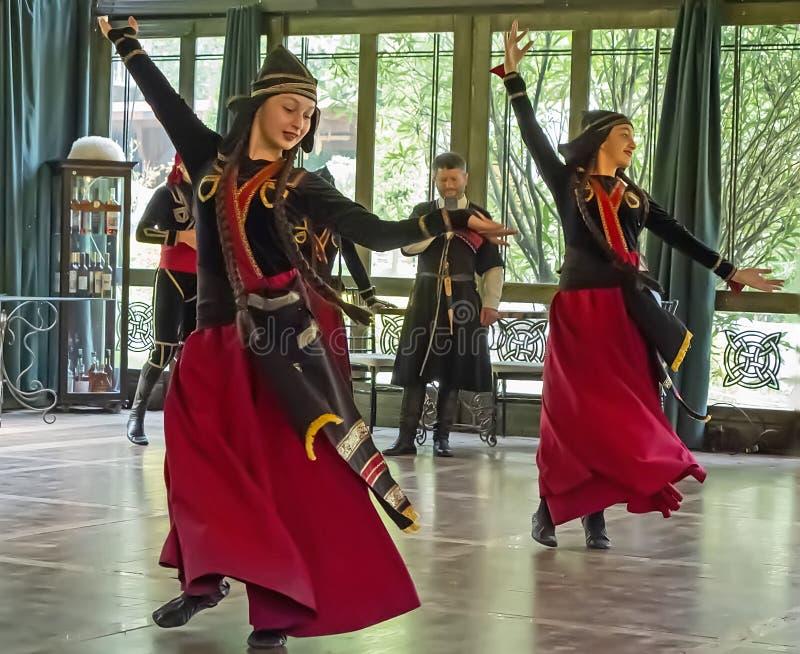 格鲁吉亚妇女舞蹈家attiredin传统民间礼服 免版税库存图片