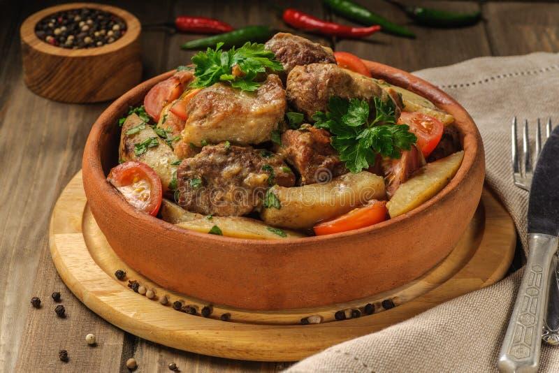 格鲁吉亚烹调传统猪肉和土豆盘  免版税图库摄影