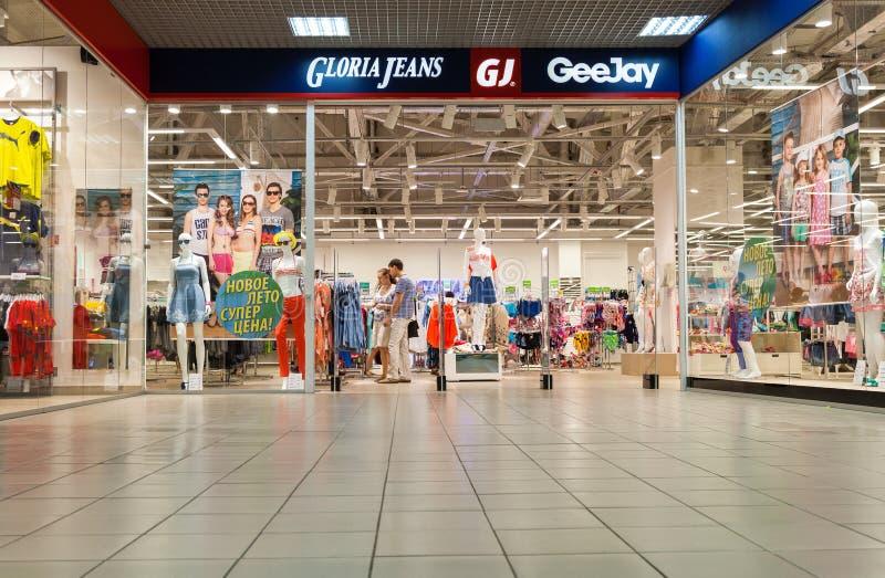 格洛里亚在购物中心的牛仔裤部门 免版税图库摄影