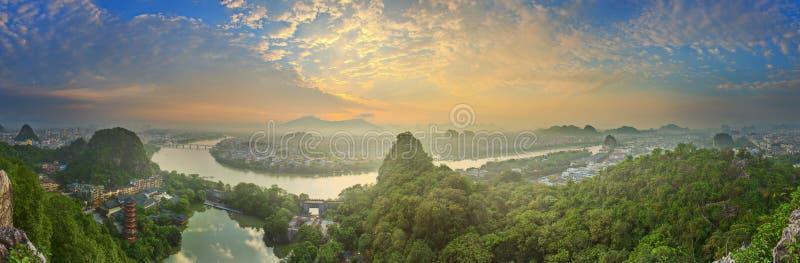 桂林、李河和石灰岩地区常见的地形山风景  位于在阳朔县附近,广西省,中国 免版税库存图片